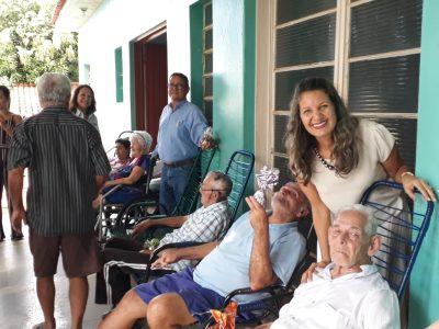 Secretária de Desenvolvimento Social comemora a Páscoa com os alunos do projeto Aprendendo a Crescer e com os moradores do Lar do Idoso