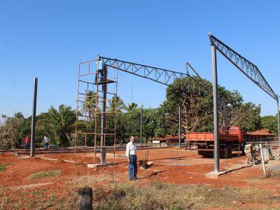 Prefeitura continua com a obra de construção da quadra coberta na Escola Municipal Nossa Senhora das Graças (1)