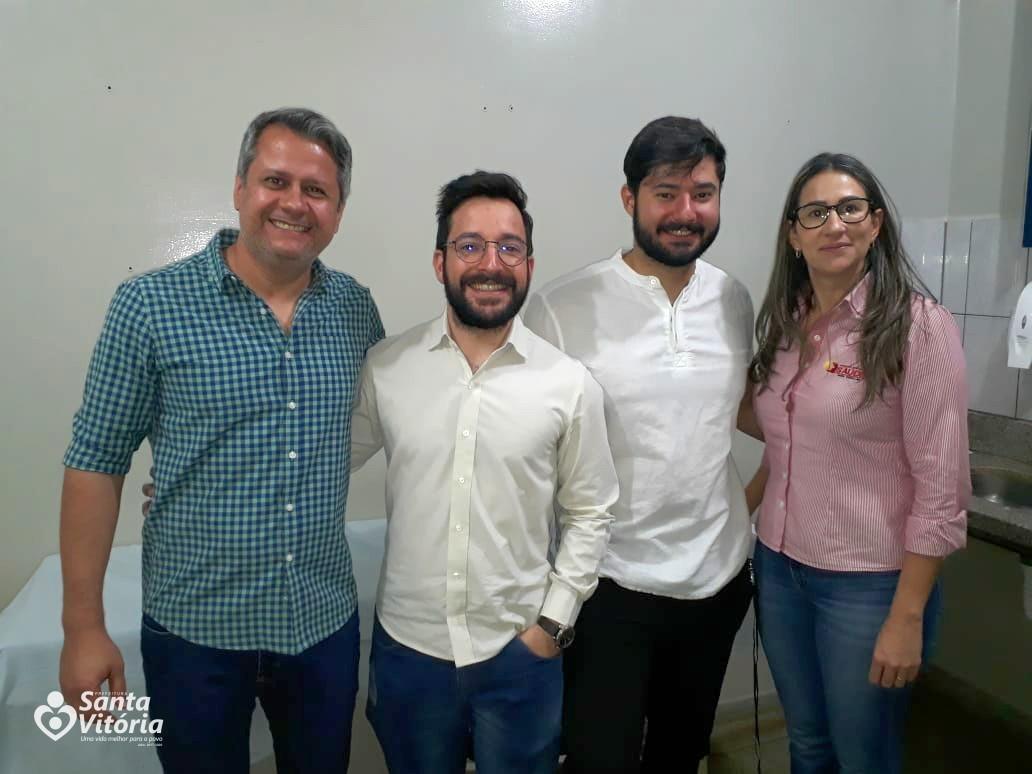 Ao centro os médicos Bruno e Matheus ladeados pelo secretário Geraldo Junior e Juliana Severino Silva Franco, coordenadora do PA.