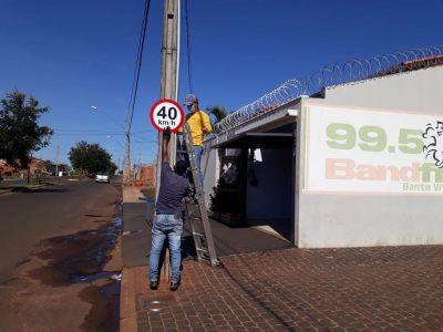 Prefeitura implanta placas de limite de velocidade em Santa Vitória